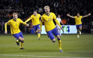 Sveriges Ola Toivonen och Sebastian Larsson jublar efter Toivonens 3-2 mål i EM-kvalmatchen i fotboll mellan Sverige och Holland på Råsunda i Solna i oktober 2011. Foto: Pontus Lundahl