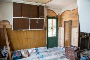 Köket före. De bevarade de gamla köksluckorna från 40-talet och renoverade dem.