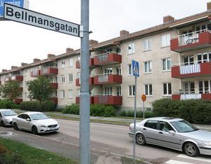 På Karlfeldtsgatan ska man markera var man får parkera bilar så att de inte ställs för nära korsningen med Bellmansgatan.
