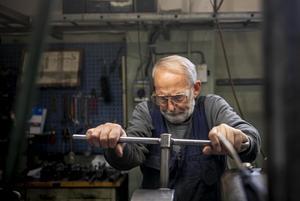 Med vana handgrepp sköter han reglagen och styr svarvens stål dit han vill. Det han gör är delar till maskinparken på sågverket intill. Det kan vara hål och spår till hjul och kransar som ska passa på olika axlar.