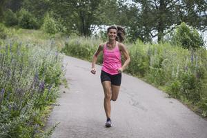- Jag  hade ingen press eller förväntningar på mig själv, eftersom jag aldrig hade sprungit ett maraton tidigare. Det var skönt. Jag ställde mig på startlinjen och tänkte: Herregud vad roligt att få uppleva detta! Nu jävlar ska jag springa! Men om jag så skulle krypa så skulle jag ta mig i mål. Motivation slår klass, det är mitt mantra, berättar Dalarnas snabbaste maratondam Sofia Norgren.