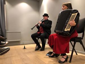 Duon Peter & Miriam spelar dragspel och klarinett.