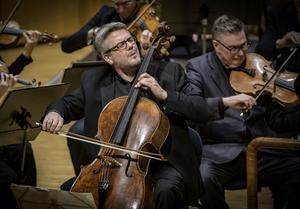 """Cellisten Paul Watkins är, tillsammans med violinisten Lawrence Power, frontfigur under Västerås sinfoniettas Englandsturné. Här presenterar han sig med Dvoraks """"Waldesruhe"""" i Västerås konserthus.Foto: Lennart Hyse"""