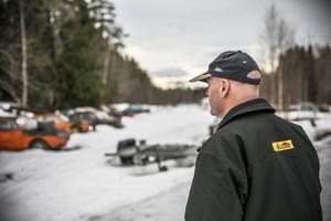 Anders Holmqvist berättar att även tävlingsbilarna ser lite risiga ut när de inte är iordningsställda för tävling.