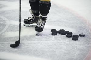 Match efter match ställs in eftersom idrottens utövare, hör och häpna, även de drabbas av viruset. Detta gäller i högsta grad för ishockeyn, men även andra lagidrotter har drabbats hårt, skriver Stig Josfalk Bergman.
