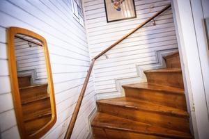 Trappan leder upp till  den övervåning Alida och Freddie använder till vardags.