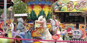 Cicilia och Freja lät sig inte avskräckas av regnet, utan tog en tur i karusellen.