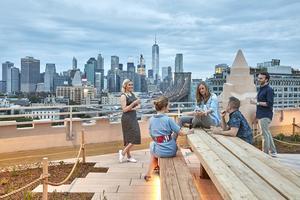 Bilder från Sofia Juperius första stora projekt.  Företaget Etsys huvudkontor i New York.  Sofia står till vänster i bilden med Manhattan i bakgrunden.