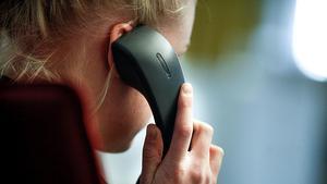 Problemen med telefoni och internet har under dagen drabbat flera områden utanför Söderhamn. Personen på bilden har inget med artikeln att göra.