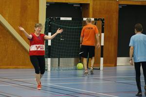 Yvonne Holmberg jublar efter sitt mål i gåfotbollen.