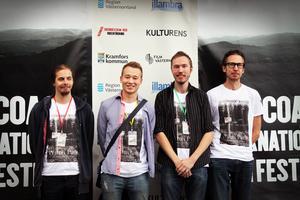 Kramforsbördige Carl Sundströms (tredje från vänster) omtalade skräckis om Häxsjön vann priset för bästa film från Västernorrland.