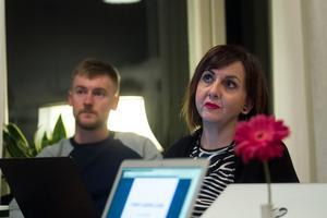 Jesper Nilsson och Alessandra Ingargiola lyssnar på manusförfattarnas instruktioner.