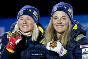 Maja Dahlqvist och Stina Nilsson efter att ha tagit VM-guld i lagsprint i Seefeld.