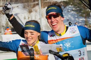 Tove Alexandersson och Erik Rost jublar efter målgången i sprintstafetten vid VM förra året. Under söndagen tog de också hem EM-guldet tillsammans. Foto: Victor Lundmark/Skogssport.