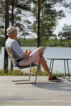 Mats Flodin njuter i en stol på verandan.
