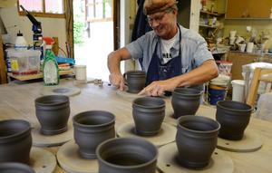 Making art. Peter Wikström jobbar på i sitt krukmakeri. Naturleran köps från Gotland. Nu blir leran till koppar.