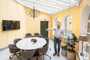 Orangeriet kallas det här konferensrummet med ett glastak som för tankarna till en solfjäder. Det har utsikt mot en gemytlig innergård och är Markus Enocks personliga favoritkonferensrum.