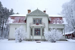 I den 330 kvadratmeter stora prästgården från 1909 i Mörsil bor Ulrika Persdotter Dahlberg med man, 3 barn, 2 katter och en hamster.