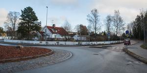Tomten ligger där Turingevägen möter Rönnvägen. Järna centrum finns rakt fram, medan Ljungbackens IP och Tavestaskolan ligger till vänster.