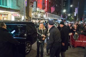 Bruce Springsteen skakar hand med en polis utanför Walter Kerr Theatre 17 november i år. Inte ett spår av snökaoset två dagar tidigare på Manhattan, när undertecknad såg showen.