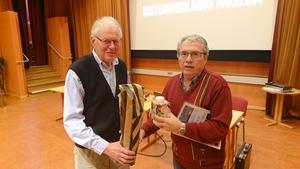 Ordföranden i Härnösand och havet, Lennart von Post tackar filmaren och Tv- producenten Rogert Svanedahl för den uppskattade visningen av filmen om fisket i Lörudden och Kalix. Foto: Uno Gradin