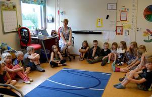 Det är en utmaning att få i hop undervisning med flera årskurser i samma klass, men det går, menar Mari Nyström som undervisar i F-3 på Gottne byskola.