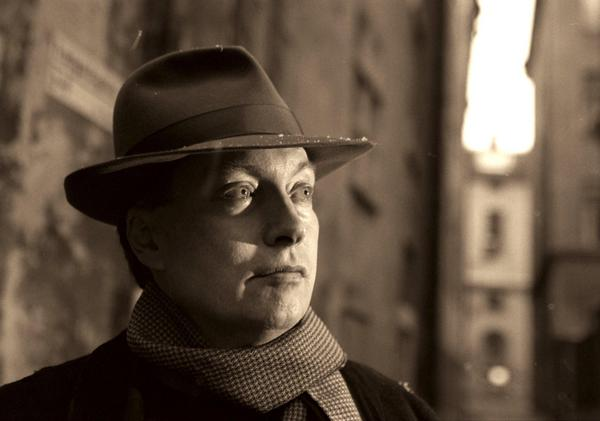 En modern romantiker. Horace Engdahl i hatt, halsduk och drömmande blick 1997. Foto: Anders Wiklund/SCANPIX   Code: 50030