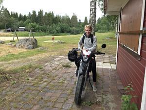 Isak Asplund är irriterad på upprepad skadegörelse och sabotage på Väjabadet där han jobbar.