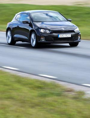 Bildtext 1: Fångad av en stormvind? Jodå, visst är det mer drag i nya VW Scirocco men frågan är om det hänt tillräckligt mycket i övrigt med bilen för att dammet i orderböckerna ska blåsa bort.   Foto: Fredrik Sandberg/TT