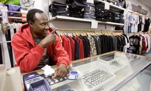 Idrissa Sannehs klädesaffär bekostar studion i källaren. Men nu börjar pengarna ta slut och Idrissa tycker det vore bättre om kommunen tog över verksamheten.