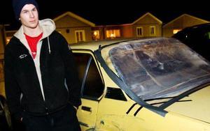 Simon Byström hade precis kört in till kanten på E45 ungefär där man svänger av mot Lit eftersom kylaren kokade. Då blev han påkörd av en bil som snabbt smet. Bakrutan krossades av smällen och bilen skrapades en lång sträcka. Simon ringde snabbt polisen – och fick beskedet att den som har hand om sådant hade gått för dagen och han kunde återkomma nästa dag.