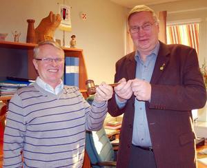 Byte på kommunalrådsposten i Härjedalen. Lennart Olsson, till höger, lämnar över ordförandeklubban till sin efterträdare Gottfrid Jonsson.  Foto: Leif Eriksson