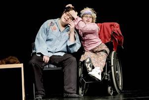 """JUBILEUM. Moa Härdin och Linnea Blom i sketchen """"Frissan"""", som var en del av Gävle Handikappteaters föreställning som firar 30-årsjubileum."""