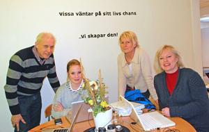 Entreprenörskolan i Leksand har gott framtidshopp. På bilden ses Folke Eriksson lärare och konsult, Tove Andersson en av få elever från Leksand som går på skolan, rektor Anna Franzon och läraren Anne Palm.