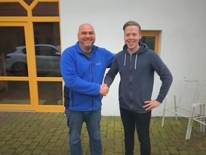Elias Lundberg skakar hand med teamchefen Guido Deppe efter att kontraktet med Audex Motorsport skrivits på.