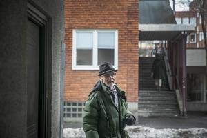 Ulf vid Prästgatan. I bakgrunden fanns fastigheten där verkstaden låg och där han och hans familj bodde på övervåningen.
