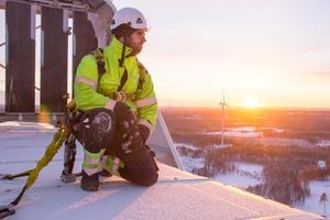 Andreas Larsson trivs i jobbet som vindkraftstekniker.