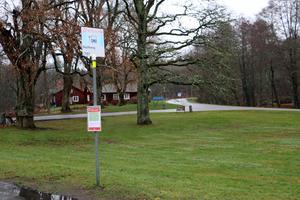 Fyra busshållplatser i Skyllberg upphör från och med på söndag, när den nya bussturlistan börjar att gälla. Bussen stannar istället vid Skyllbergsvallen, längs med riksväg 50.