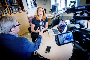 Annie Lööf (C) i Mittmedias partiledarintervju. Klas Leffler håller mikrofonen.