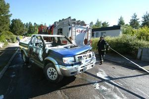 Totalförstörda. Uno Hane vid Ludvikapolisen bedömer att de fem brandskadade bilarna inte går att reparera. Den 16-årige smedjebacksynglingen misstänks bland annat för grov mordbrand. Foto:Fredrik Larsson