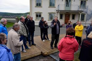 Länsregissör Iso Porovic instruerar ensemblen vid Ånge Kabarés uppsättningen av Lars Mohlins