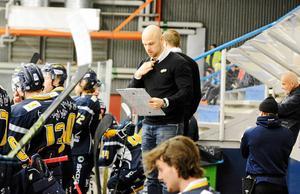 Borlängetränaren Dennis Hall ritar upp en plan på hur man ska slå Västerås för första gången den här säsongen.