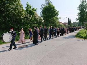 Det var svettigt att marschera till kyrkan.