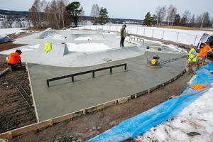 Skateparken vid Siljansvallens idrottsplats i Leksand invigs på lördag. Bilden är tagen i april, när arbetet hade gått in i sitt avslutande skede.