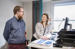 """Den nationella utredningen """"EU på hemmaplan"""" från 2016 presenterade en rad olika förbättringspunkter gällande EU-kunskap i Sverige. Det tar Linda Hallgren och Simon Axbrink Jönsson tagit till sig och riktar sitt fokus på lärare och politiker."""
