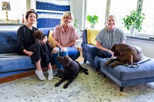 Mia Westerin, Sandra Johansson och Ida Strömgren bor tillsammans i en villa i Sund med sina labradorer, Justine, Edith och Umbra.
