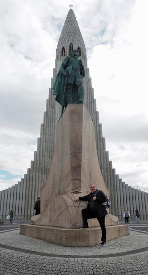 Lennart Svensson, lärare på Bäckedal, framför statyn av Leif Eriksson, troligen den förste europé som landsteg på den nordamerikanska kontinenten. I bakgrunden tornar ett av Reykjaviks mest kända landmärken upp sig, Hallgrimskyrkan.