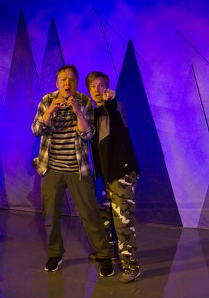 """Jonas Hedlund och Robert Fransson spelar alla fyra roller i Teater Martin Mutters nya skolföreställning """"Under bryggan"""". Efter premiären fick de en chans att premiärmingla runt chipsskålarna med lågstadiebarnen som utgjorde både referensklasser och premiärpublik. – Barnen var jättenöjda och glada, en del av dem har jag ju träffat tidigare så vi har hunnit bli lite tjenis, säger Jonas Hedlund.  Foto: Kajsa Wadström"""