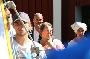 En regissör har mycket att hålla reda på under en inspelning. Maria Viklund funderar på nästa scen, samtidigt som utrustningen riggas.
