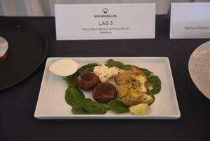 Felicia Bast Viklund och Viola Norén från Geneskolan valde att göra smashed potatoes med vegetariska biffar och coleslaw.